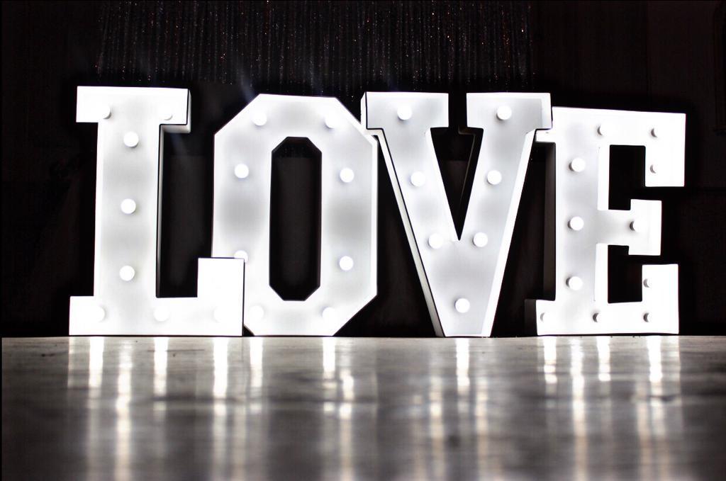 Буквы LOVE свет